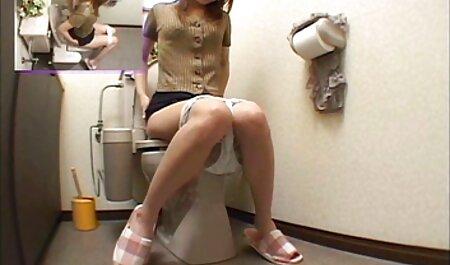 הבחורה על הרגל חטפה סירטוני סקב סרטן בתחת.