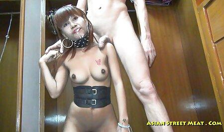 שתי בנות בחדר הכושר עם רצועת סרטי סקס גייז חינם עור חזקה הן כיף