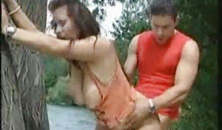 אגי פוקר זיין את החברה סרטי סקס חינם להורדה השעירה שלו עם גרביונים.