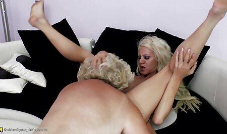 הבחורה הג ' ינג ' ית הראתה את המיטה שלה וזיינה אותה בכל החורים. סרטי סקס חינם
