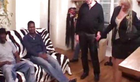 שני גברים סרטים חינם אמא ובן מפתים נפגשים עירומים במיטה.