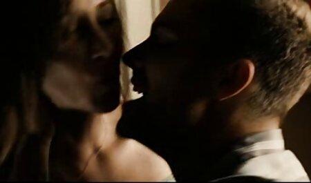הבחורה העירה את הגבר סרטי פורנו לצפייה חינם מהראש של הלשון ואנאלי.