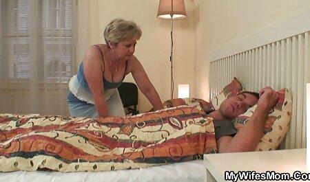 חברות לסביות עם אצבעות על סרטי סקס צפיה ישירה הרצפה.