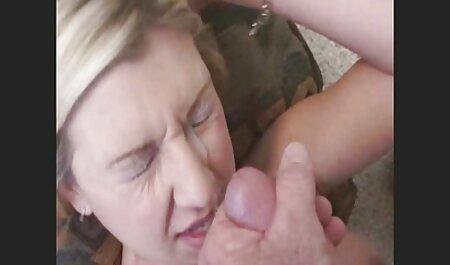 היא תפסה גבר עם היד שלה ונתנה לו סרטי אונס חינם להשתמש בפנים שלו אחרי שהיא התכופפה.
