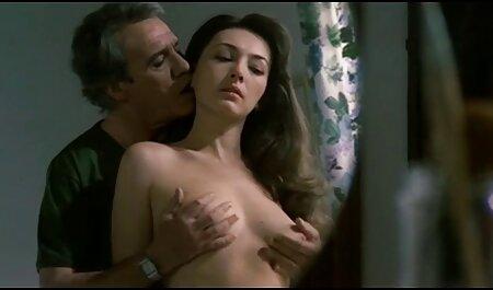 ילדה שמשמן את עצמה עיסוי בשירותים סרטי הסקס של ניקול