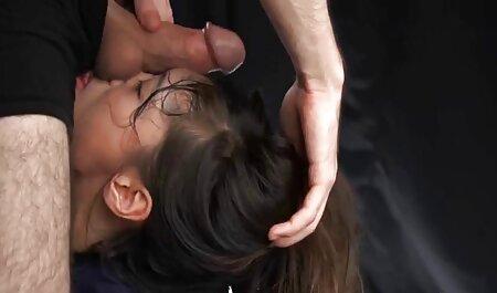 לאחר סרטי סקס צפיה ישירה שמשכה את הזין, היא התחילה לנגב את עיניה של בתה.